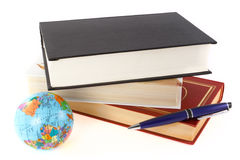 Boeken, pen en bol Stock Fotografie