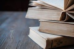 Boeken voor lezing, onderwijsliteratuur royalty-vrije stock afbeeldingen