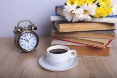 Boekenbloemen en koffie stock afbeelding