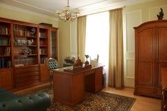 Boekenkast, lijst en stoel stock afbeeldingen