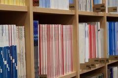 Boekenkast met boeken stock afbeeldingen