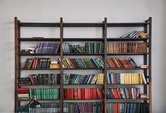 Boekenkast met oude boeken op de planken royalty-vrije stock foto