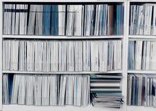Boekenkast met publicaties royalty-vrije stock afbeelding