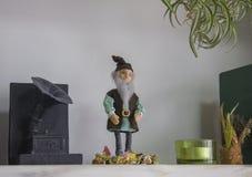 Boekenplank met met de hand gemaakte poppen royalty-vrije stock foto