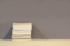 Boekenplank met schaduwverlichting in mijn bibliotheekruimte Stock Foto's