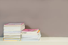 Boekenplank met schaduwverlichting in mijn bibliotheekruimte Stock Afbeeldingen