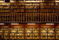 Boekenplanken in bibliotheek royalty-vrije stock foto's