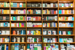 Boekenrek in Bibliotheek met Boeken voor Verkoop Royalty-vrije Stock Fotografie