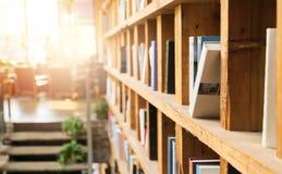 Boekenrek in de de bibliotheekhoek van de koffiewinkel Het concept van het onderwijs stock afbeelding