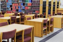 Boekenrek en het bestuderen van bureau van bibliotheek stock foto