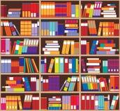 Boekenrekachtergrond Plankenhoogtepunt van kleurrijke boeken Stock Afbeelding