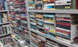 Boekenrekhoogtepunt van Boekinzamelingen Stock Afbeeldingen
