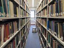 Boekenrekken in bibliotheek Stock Fotografie