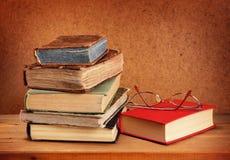 Boekenstapel en glazen Royalty-vrije Stock Foto