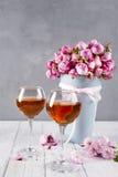 Boeket en wijnglazen Royalty-vrije Stock Fotografie