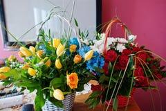 Boeket met blauwe, gele, rode en witte bloemen Stock Fotografie