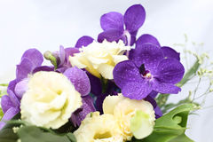 Boeket met purpere orchideeën, rozen, Hydrangea hortensiabloem stock fotografie
