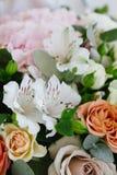 Boeket met rozen en lelies royalty-vrije stock afbeeldingen