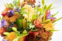 Boeket met rozen, rode lelie, gerbera, dahlia en bladeren royalty-vrije stock afbeeldingen