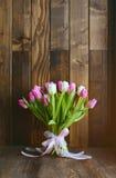 Boeket met tulpen op houten achtergrond Royalty-vrije Stock Foto's