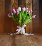 Boeket met tulpen op houten achtergrond Stock Foto