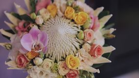 Boeket op huwelijksdag stock video