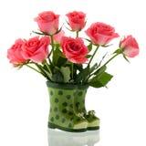 Boeket roze rozen in laarzen royalty-vrije stock afbeelding