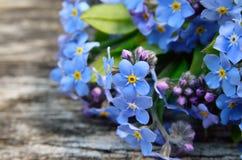 Boeket van blauw vergeten-me op een houten achtergrond Royalty-vrije Stock Afbeeldingen