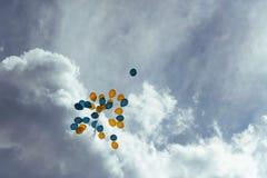 Boeket van blauwe en gele ballons in de hemel Royalty-vrije Stock Fotografie