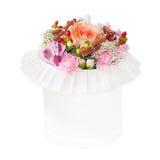 Boeket van bloemen in de doos op witte achtergrond wordt geïsoleerd die Stock Foto's