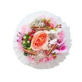 Boeket van bloemen in de doos op witte achtergrond wordt geïsoleerd die Royalty-vrije Stock Foto's