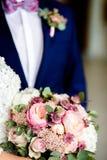 boeket van bloemen in de handen van de bruid stock foto