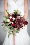 boeket van bloemen in de handen van de bruid royalty-vrije stock afbeeldingen