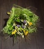 Boeket van bloemen die op de vloer liggen Royalty-vrije Stock Afbeeldingen