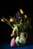 Boeket van bloemen in een ceramisch kruik zijaanzicht Stock Foto