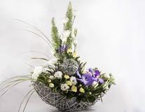 Boeket van bloemen in een mand Stock Afbeelding