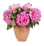 Boeket van bloemen in een oude vaas geïsoleerd op witte achtergrond stock foto