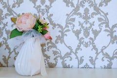 Boeket van bloemen in een witte vaas op de lijst royalty-vrije stock foto