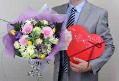 Boeket van bloemen en doos chocolade royalty-vrije stock foto