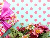 Boeket van bloemen en giftvakje met ruimteexemplaarachtergrond Royalty-vrije Stock Fotografie