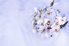 Boeket van bloemen en huwelijkskleding stock foto