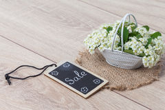 Boeket van bloemen en kaart op de houten achtergrond Stock Foto