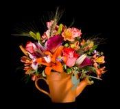 Boeket van bloemen in gieter Royalty-vrije Stock Foto's