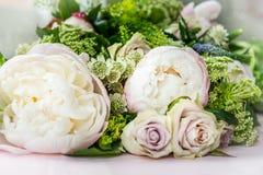Boeket van bloemen van grote pioenen en pastelkleurrozen stock fotografie