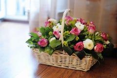 Boeket van bloemen in mand Stock Afbeelding