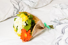 Boeket van bloemen op bed Royalty-vrije Stock Foto