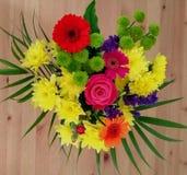 Boeket van bloemen op de lijst Stock Foto's