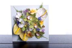 Boeket van bloemen op een bruin bureau met geïsoleerde achtergrond Royalty-vrije Stock Foto