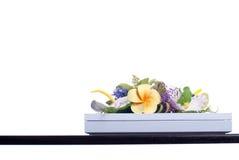 Boeket van bloemen op een bruin bureau met geïsoleerde achtergrond Stock Foto
