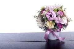 Boeket van bloemen op een bruin bureau met geïsoleerde achtergrond Royalty-vrije Stock Afbeelding